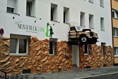 Gehirn schlägt Geldbeutel mit Guerilla-Marketing | #ambient #outdoor #creative #supersized #car #sensationmarketing #guerilla #stunt #guerillamarketing #guerilla #viral < found on www.gruenderszene.de pinned by www.GuerillaMarketing-Agentur.de a division of www.BlickeDeeler.de