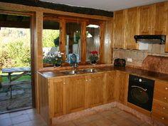 Cocina rustica pisos de madera cubiertas de pizarra y for Pisos alquiler entrambasaguas