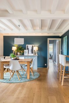 Maison Lyon: 120 renovering til en familie - lovely pins Interior Design Living Room, Living Room Decor, Bedroom Decor, Dining Room, Dining Table, Home Design, Blue Walls, Home Staging, Minimalist Apartment