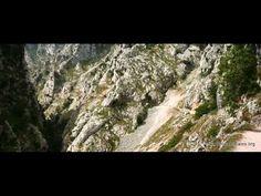 La Ruta del Cares, un recorrido de 12 km por el desfiladero que dibuja el río Cares en su paso entre los Picos de Europa, entre las provinicias de León y Asturias, en España. Paredes de 1.500 metros de altura que podemos cruzar bordeando los acantilados y disfrutando de unas vistas espléndidas.  El recorrido cruza lo que se conoce como La Garganta Divina, y actualmente conecta las localidades de Caín (León) y Poncebos (Asturias). La ruta es apta para todos los públicos.