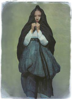 Korean Fashion On The Streets Of Paris Asian Fashion, Fashion Art, Fashion Models, Korean Traditional Dress, Traditional Dresses, Saint Yves, 2014 Fashion Trends, Korean Hanbok, Vogue Korea