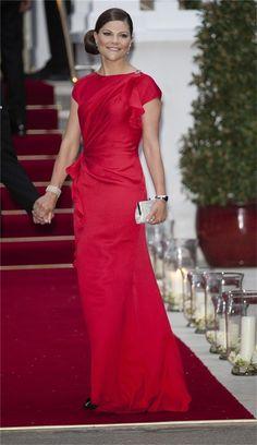 Princesa Victoria de Suecia con un elegante vestido rojo.