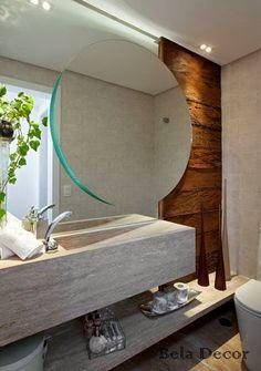 Lavabo com sobreposição de espelhos, cuba esculpida no próprio mármore da bancada e madeira de demolição na parede.