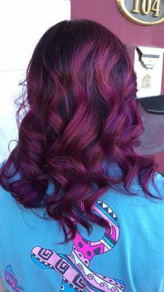 teinture acajou, cheveux rouges bouclés