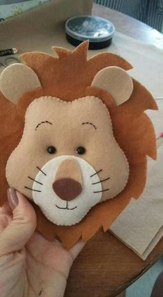 Wizard of oz Peluche Lion, Baby Crafts, Diy And Crafts, Felt Crafts Patterns, Diy Bebe, Felt Mobile, Felt Christmas Decorations, Felt Diy, Animal Crafts