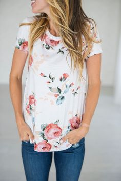 Stitch fix stylist! A gorgeous floral tee to livin' up any jeans & tee day! Rayon, Spandex See Sierra's sizing HERE, she is wearing size Small See Margie's sizing HERE, she is wearing size Large School Looks, Mode Style, Style Me, Spring Summer Fashion, Spring Outfits, Spring Tee, Modest Summer Outfits, Floral Tops, Floral Shirts