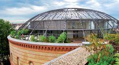 """Fichtebunker, Berlin-Kreuzberg  Unter der markanten Stahlkuppel des Bunkers befinden sich 13 """"tortenförmig"""" geschnittene Einfamilienhäuser mit gebogenen Wänden und eigenem Garten in 21 m Höhe und fantastischem Blick über die Stadt."""