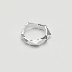 Wide Facet Ring | Architect's Fashion. Zippertravel.