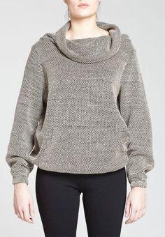 Chandail Lesley, Chandail de tricot ajusté à l'ourlet et aux bas des manches avec col haut lâche. Style idéal pour un ajout de confort à un ensemble, vous l'apprécierez à toutes les occasions!  Longueur: 26'', 66 cm (P) un design de Kollontai.