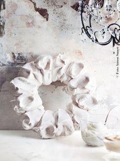 Pavlova Haute Couture: corona speziata con crema eggnog. Un dolce dalla calda atmosfera autunnale.