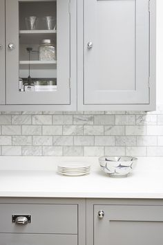 65 creative grey kitchen cabinet ideas for your kitchen 41 - Home Decor Grey Shaker Kitchen, Grey Kitchen Cabinets, Grey Kitchen Tiles, Kitchen Splashback Ideas, Kitchen Countertops, Soapstone Kitchen, Kitchen Paint, Kitchen Colors, White Cabinets
