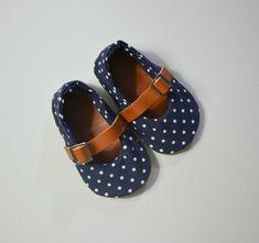 so cute -  http://www.etsy.com/de/listing/161639492/marine-polka-dots-und-leder-babyschuhe