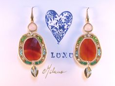 Orecchini in soutaches, corniole, componente foglia dorata e cuore di cristalli di rocca, cristalli smeraldo, verdi, azzurri , pirite e argento italiano 925.