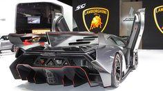 Vất vả như lùi siêu xe Lamborghini Veneno - http://xeoto.asia/vat-va-nhu-lui-sieu-xe-lamborghini-veneno.shtml