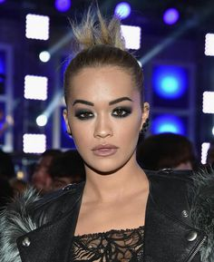 Rita Ora opted for striking eye makeup keeping her hair simple at the MTV VMA's Her hair was tightly pulled back into a bun, which was then teased to finish the look. Mtv, Rita Ora, Charlize Theron, Glam Makeup, Hair Makeup, Makeup Art, Smoky Eye Makeup, Smokey Eye, Estilo Rock