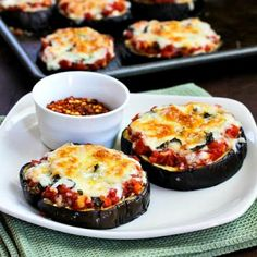 Cooking in English: Julia Child's Eggplant Pizzas! In this recorded English class we'll learn the recipe for Julia Child's famous eggplant pizzas, along wi. Eggplant Pizza Recipes, Eggplant Pizzas, Eggplant Dishes, Aubergine Pizza, Zucchini Pizzas, Grilled Zucchini, Vegetable Recipes, Vegetarian Recipes, Vegetarian Pizza