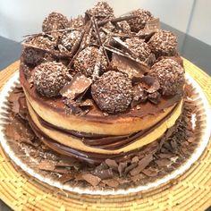 Naked Cake com ganashe amargo e brigadeiros com raspas de chocolate