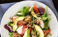 Salat med kylling, rød grape, valnødder og avocado