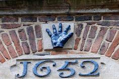 Een van de handen in de Blauwehandstraat Bergen op Zoom