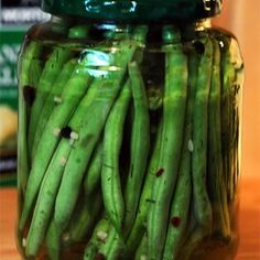 Crisp Pickled Green Beans Pickled Green Beans, Pickled Okra, Pickled Garlic, Pickled Peaches, Refrigerator Pickle Recipes, Zucchini Pickles, Home Canning Recipes, Relish Trays, Green Bean Recipes