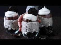 Over the Top Chocolate Cheesecake Oreo Parfaits - this is rico dulce the BEST chocolate parfait! Oreo Cheesecake, Chocolate Cheesecake, Chocolate Chip Cookies, Easy No Bake Desserts, Cookie Desserts, Delicious Desserts, Sweet Recipes, Cake Recipes, Snack Recipes