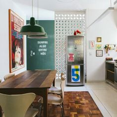 An unusual architecture defines this apartment in Sao Paulo. Concrete, chalkboard wall, vintage furniture... it has it all. (in Portuguese)