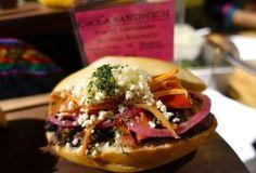 El sanduich de chola es un emblema de la comida callejera de Bolivia. Está compuesto por un pan redo... - Rebañando