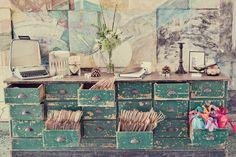 Un petit coup de peinture et un peu de papier de verre et hop un joli meuble vintage
