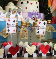 Tag vintage no tema Alice no País das Maravilhas.  As garrafinhas são vendidas separadamente.  26x42mm