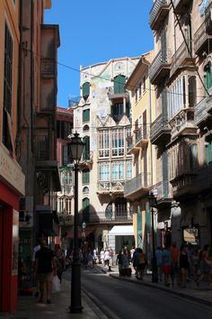 Palma de Mallorca old town -Photo by Aurora Lorente Balearic Islands, Great Restaurants, Beautiful Architecture, Spain Travel, Old Town, Aurora, Cathedral, Art Gallery, Traveling