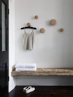 rustic bench, knobs look like muuto Estilo Interior, Interior Styling, Rustic Bench, Rustic Decor, Rustic Wood, Raw Wood, Rustic Cafe, Rustic Entryway, Rustic Office