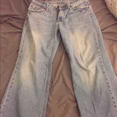 Men's bullhead loose fit jeans Men's Bullhead light wash loose fit. Rip in back pocket but looks natural as there are a few in the front by the pockets. Size 30x32 Bullhead Jeans