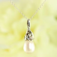 Galleri Castens - Drops - pendant with pearl and diamonds