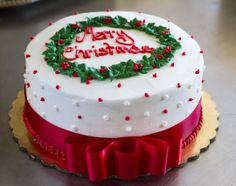 Christmas wreath cake with a red bow. Cake # 008.