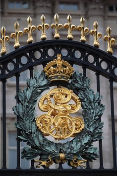 London: Gate to Buckingham Palace. Ahhhh the memories... We were in England. Duh!