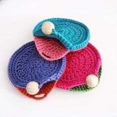 Lady Crochet: CERCLES : Around the round. - cute crochet purses - so clever! Crochet Diy, Love Crochet, Crochet Gifts, Crochet Bags, Simple Crochet, Crochet Ideas, Crochet Wallet, Crochet Coin Purse, Crochet Change Purse