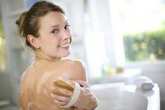 Les astuces pour avoir un joli dos sans acné - Améliore ta Santé Acne Dos, Doterra Acne, Home Treatment, Nail Treatment, Acne Marks, Younger Skin, Peeling, Scrubs, Skin Care Products