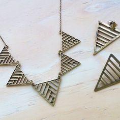 ▼ △ Modernize seu look com o Brinco Triangular Grid + Colar Geométrico!