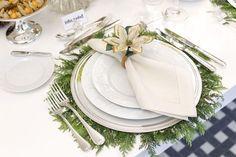 Uma mesa para celebrar o Natal com guardanapos e porta-guardanapos da Couvert que adoramos e que combinaram com outros tons predominantes nesta decoração.