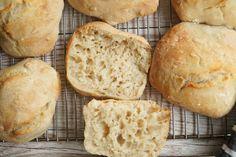 Nemme koldhævede boller med italiensk hvedemel. Bollerne skal ikke æltes eller formes, og de kan godt fryses. Perfekte til morgenbordet eller i madpakken.