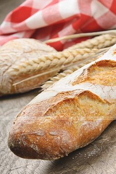 This Homemade Baguette Recipe is perfect for dipping, making sandwiches or just by itself.data-pin-do= Homemade Baguette Recipe, Panera French Baguette Recipe, Sourdough Baguette Recipe, Bread Recipes, Cooking Recipes, Cooking Pork, Baguette Bread, Knead Bread Recipe, Gastronomia