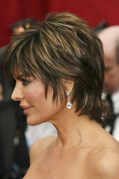 Lisa Rinna-Short Haircuts for Thick Hair l www.sophisticatedallure.com