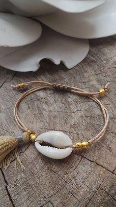 Newest Totally Free Macrame bracelets with shells Ideas Cowrie shell bracelet. Tassel Bracelet, Shell Bracelet, Shell Necklaces, Macrame Bracelets, Seashell Jewelry, Beach Jewelry, Bohemian Jewelry, Summer Bracelets, Ankle Bracelets