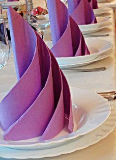 lila gedrehter fächer hochzeitsservietten für einen üppigen tischdeko