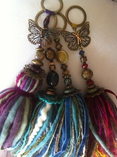 Más Diy Tassel, Tassel Jewelry, Tassels, Yarn Crafts, Diy And Crafts, Arts And Crafts, Crochet Bookmarks, Passementerie, Bead Art