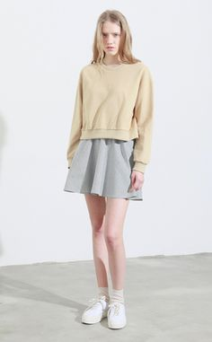 oversize sweat-shirt on pleated skirt