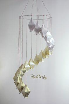 Móbile modular de origami, com 18 flores  campânulas em  dourado, pérola e off white. Decoração de ambientes internos ou externos, infanto-juvenil, salas, eventos ou vitrines. - Produzidas em papéis importados gramatura 120 gramas. - Altura de  90 cm com aro de 26 cm. - Cores disponíveis a escolher: Degradé em 3 tons, coloridos, tons pastéis, ou cores únicas.  OBS: é possível fazê-lo mais  comprido, e com fios de nylon transparentes, para isto, entre em contato para orçamento. R$ 110,00