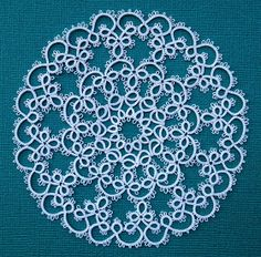 I'm joining the tat-along of the huge Jan Stawasz doily at InTatters . It's been difficult to keep up with Rachael and Grace, but here I am ...