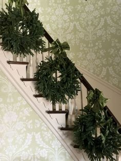 Adorable Christmas Staircase Decoration That'll Make Your Home Look Like Winter Wonderland Christmas Staircase Decor, Farmhouse Christmas Decor, Country Christmas, Simple Christmas, Christmas Home, Christmas Ideas, Staircase Decoration, Merry Christmas, Elegant Christmas