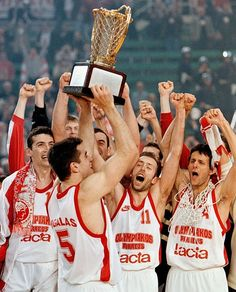 Rome, Olympiacos celebrating its first Euroleague title Women's Water Polo, Women Volleyball, Sports Clubs, Polo Club, Baseball Cards, Rome, March, Passion, Olympic Games